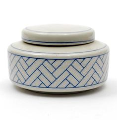 Botterweg Auctions Amsterdam Porcelain covered box with blue inlaid sgrafitto plait decoration design execution by Leen Quist 1942 - 2014 in own studio / the Netherlands Decoration, Art Decor, Ceramic Boxes, Covered Boxes, Home Deco, Tea Pots, Auction, Porcelain, Pottery