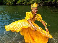 """"""" Meu pai me diga quem é Quem é que vem de Aruanda É mamãe Oxum, das cachoeiras Meu pai me diga quem é Quem é que vem de Aruanda É mamãe Oxum na lei de Umbanda"""" #Orayeyeô"""