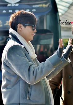Lee Min Ho's fans curious over hand-touching moment at airport