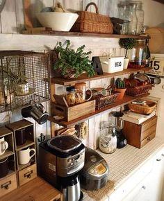 お洒落なカフェにいるような落ち着いた雰囲気のキッチンです。グリーンがよりムードを作っていますね。ウッド調のインテリアをメインにしてキッチン全体に統一感が出ているので、日常感があるはずの炊飯器などの家電製品すらも、そう感じさせないインテリア術がお見事です。