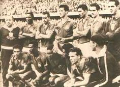 1958 – Brazil wins its first World Cup. In this photo, standing up, Feola, Djalma Santos, Zito, Bellini, Nilton Santos, Orlando and Gilmar. Crunching: Garrincha, Didi, (a very young) Pelé, Vavá, Zagalo and trainer Paulo Amaral.