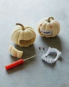 Such a cute way to cut a pumpkin for Halloween. Cute DIY Halloween decoration- all you need is some tiny pumpkins and fake vampire teeth! Diy Halloween Party, Soirée Halloween, Adornos Halloween, Manualidades Halloween, Halloween Cupcakes, Halloween Projects, Holidays Halloween, Halloween Pumpkins, Mini Pumpkins