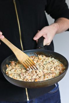 Kesän ensimmäinen kantarellikastike Risotto, Grains, Vegan Recipes, Rice, Ethnic Recipes, Food, Vegane Rezepte, Essen, Meals