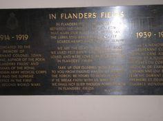 On rend hommage au colonel qui a créé le poème in Flanders' Fields.  Au champ d'honneur composé par le major John McCrae (nommé plus tard lieutenant colonel), un chirurgien dans l'artillerie canadienne, au cours de la deuxième bataille d'Ypres, en Belgique, en mai 1915.