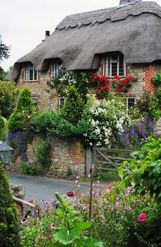 Cottages Houses:  A thatched-roof English cottage.