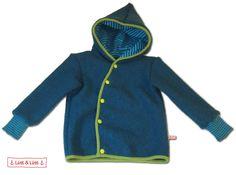 Gemütliche Jacke aus Wollwalk für Babys und kleine Kinder. Hält garantiert schön warm, egal ob im Winter drunter oder in Herbst und Frühling drüber!  Mit praktischen, farbenfrohen Knöpfen und einer...