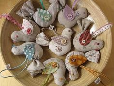 / linen bird ornaments by patchwork pottery / Bird Crafts, Felt Crafts, Crafts To Make, Arts And Crafts, Bird Patterns, Craft Patterns, Fabric Birds, Fabric Scraps, Xmas Ornaments