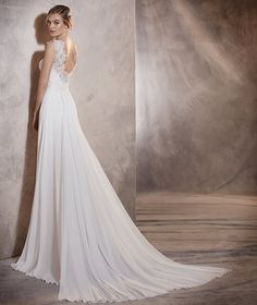 Agora - Wedding dress in tulle and Chantilly with gemstone details