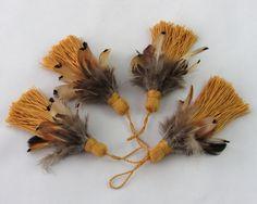 #EtsyGifts key tassel with pheasant feathers Quaste ocker mit Fasanfedern aus glänzendem Baumwollgarn handgemacht Schlüsselquaste für Schrank oder Tür Wohndeko Einweihungsgeschenk von HolzundLeinen auf Etsy