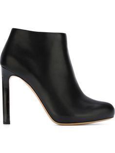 fdfaa5f3a086c Salvatore Ferragamo Ankle boot de couro com salto agulha Salto Agulha,  Sapatos Da Moda,