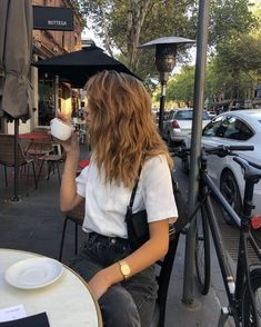 Spectacular lengthy brown hair and coiffure inspiration with seashore waves and highlights . lengthy brown hair and coiffure inspir. Mode Outfits, Fashion Outfits, Fashion Models, Fashion Beauty, Summer Outfits, Casual Outfits, Mode Simple, Foto Casual, Long Brown Hair