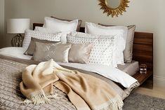 Modernist a elegante coleção by Zara Home Soft Sofa, Zara Home Bedroom, Home, Home Bedroom, 1st Apartment, Bedroom Interior, Bedroom Inspirations, Bed Pillows, Bedroom