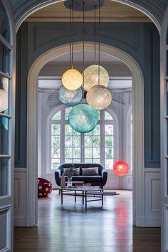 Une suspension colorée et asymétrique pour vivifier votre salon