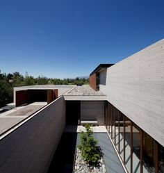 Cristian Hrdalo adds perforated panels of weathering steel to the exterior of a concrete house near a golf course in Santiago, Chile Architecture Courtyard, Modern Architecture, Patio Interior, Interior Exterior, Interior Design, Chile, Board Formed Concrete, Cantilever Stairs, Patio Grande