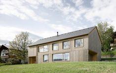 Nommée d'après ses propriétaires, Maison pour Julia et Björn, cette résidence est faite de bois et est située dans le paysage pittoresque des montagnes aut