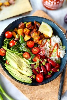 """""""Spicy Sriracha Nourish Bowl This post is sponsored by The Little Potato Company. This Spicy Sriracha Nourish Bowl is plant-based nutrition turned up to the MAX! We've got healthy fats, starches,. Plats Healthy, Healthy Snacks, Healthy Eating, Easy Snacks, Vegetarian Recipes, Healthy Recipes, Wslf Recipes, Sushi Recipes, Spinach Recipes"""