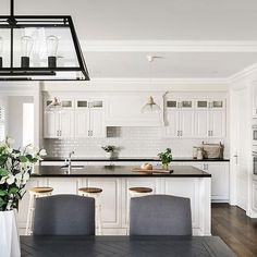 We can never have too much white for a classic Hamptons style kitchen but this one furnished with touches of black and natural wood elements brings the look together perfectly. Image source: Oswald Home Die Hamptons, Hamptons Style Decor, Kitchen Tops, New Kitchen, Kitchen Decor, Black Kitchens, Home Kitchens, Open Plan Bathrooms, Kitchen Benches
