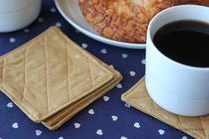 Porta copos (DIY/ faça você mesmo/ handmade) Este porta-copos de tecido pode ter os detalhes que você quiser (Foto: iheartnaptime.net)