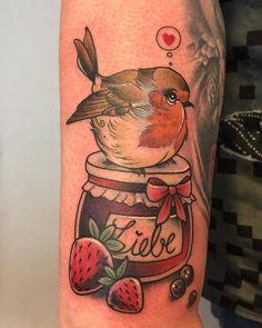 Tattoo von Kristin - Holy Diver Tattoo, Rotkehlchen, robin, Oma, Grandma, Marmelade, Erdbeeren, niedlich, cute, Vögelchen, birdie, Beeren