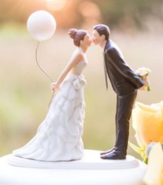 Unique and Funny Ideas of Wedding Cake Toppers - http://www.elasdress.com/unique-and-funny-ideas-of-wedding-cake-toppers/