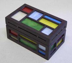 木とステンドグラスを組み合わせたオリジナルハンドメイドの宝石箱です。素材は木とガラスのみで作りました。テーブルの上に置いて楽しめるインテリア作品として制作いた...|ハンドメイド、手作り、手仕事品の通販・販売・購入ならCreema。