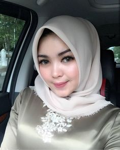 very beautiful girl with chic hijab in car Arab Girls Hijab, Girl Hijab, Muslim Girls, Casual Hijab Outfit, Hijab Chic, Beautiful Muslim Women, Beautiful Hijab, Beauty Full Girl, Beauty Women