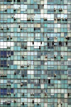 Office cliff●同じ形の窓が時間の経過でそれぞれの風合いに変化していて、シンプルな中にも表情があって美しいと思う。