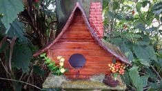 Casinha de passarinho feito em PVC e resina para decoração em jardim.