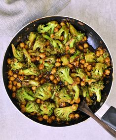 Flavorful broccoli stir fry with chickpeas and a delicious garlic ginger sauce! This vegan weeknight dinner is easy to make in just one pan and its ready in about 25 minutes. The healthy takeout recipe is meat-free gluten-free low in fat and very simple! Stir Fry Vegan, Vegetarian Stir Fry, Healthy Stir Fry, Tofu Stir Fry, Garlic Broccoli, Broccoli Stir Fry, Vegetable Stir Fry, Pan Fried Broccoli, Meat Recipes