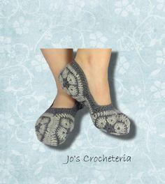 "African Flower Socks Free Crochet Pattern You'll need: 100 % acrylic yarn, 20 sts= 10 cm( 4"") 50 g light grey 35 g dark grey Crochet hook 4 mm Size 37 -40 In to"