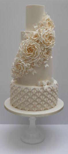 SCRUM DIDDLY - Wedding Gallery 1 | scrumdiddly Ivory Wedding Cake, Cream Wedding, Beautiful Wedding Cakes, Gorgeous Cakes, Pretty Cakes, Bling Wedding, Wedding Flowers, Bolo Fack, Wedding Anniversary Cakes