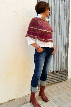 Love the color of this auttumn out fit!!! Knitwear poncho.