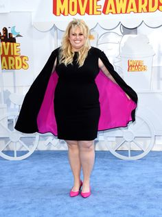 Rebel Wilson glorious in a hot pink cape