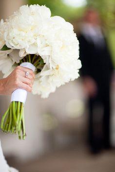 Prachtig deze witte pioenrozen voor een stijlvol bruidsboeket.