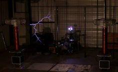 Não é de hoje que o pessoal do ArcAttack nos surpreende com inovações misturando música, encenações e shows com bobinas de Tesla. E hoje trouxemos aqui na NerdBird mais um vídeo deles, uma adaptação incrível da música tema do Inspetor Bugiganga, produzida com as Bobinas de Tesla.