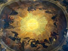 Painting of dome unparalleled by any other Wren church. Painted in 1708 or shortly after by William Snow. Contains a heavenly choir around the name of God in Hebrew