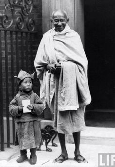 Mahatma Gandhi with Dalai Lama. Memorable moments of history well captured Rare Pictures, Historical Pictures, Rare Photos, Vintage Photos, Buddha, Mahatma Gandhi Photos, Gandhi Quotes, Mahathma Gandhi, Gandhi Life