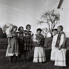 FOTO: Ako naši otcovia a dedovia na Veľkú noc šibali a oblievali dievčatá