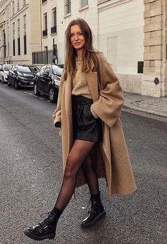 53 looks de inverno estilosos para testar esta temporada 53 stylish winter looks to try this season friend! Winter Fashion Outfits, Fall Winter Outfits, Autumn Fashion, Winter Clothes, Summer Outfits, Winter Dresses, Winter Fashion Street Style, Skirt Outfits For Winter, New York Winter Outfit