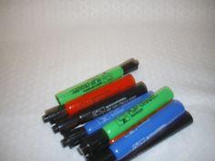 Titre: [Flip Chart Marker].   Titre restitué par le catalogueur: Crayons feutre. Cote: JEU 2069    Description:  Comprend 2 marqueurs noirs, 2 marqueurs verts, 2 marqueurs rouges et 2 marqueurs bleus.