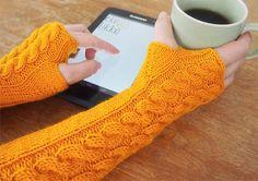 merinorannekeet Fingerless Mitts, Knitting Socks, Knit Socks, Wrist Warmers, Green Wool, Handicraft, Mittens, Knit Crochet, Arts And Crafts