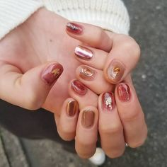 LISA...nailsさんはInstagramを利用しています:「ボルドーを強く見せない感じで お任せdesign🍁🍁 . LISA . #個性派ネイル #ニュアンスネイル #抜け感ネイル #ネイル #ボルドーネイル #ちぐはぐネイル #nailart #autumnnails #harajuku #nailstagram…」 Nail Polish Art, Nail Polish Designs, Nail Art Designs, Creative Nail Designs, Creative Nails, Bright Nails, Red Nails, Instagram Nails, Stylish Nails
