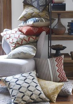colorful accent pillows http://rstyle.me/n/npddvr9te