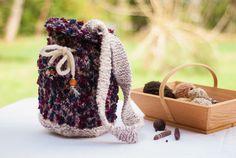 sac seau, tricoté main, trois fils laine blanche, laine fantaisie bouclée bleue et rouge, coton. de la boutique RoselaineCreations sur Etsy