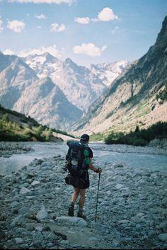 Eu sempre adorei fazer trilhas, mas nunca tive saco pra grandes mochilas. Prefiro carregar uma bolsa pequena com o básico do básico e conseguir o que precisar pelo caminho.