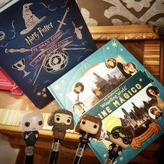 Ya tenemos por la Libroteca el primer volumen de Cine Mágico,  donde os encontraréis gente extraordinaria y lugares fascinantes del maravilloso mundo de Harry Potter.  Como hoy es el día del orgullo friki, seguro que os encantan estos bolis con los personajes de los libros.  ¿Cuál es vuestro favorito?  PVP libro Artefactos: 39.95€ PVP libro Cine Mágico: 29.95€ PVP boli: 6.95€