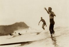 Duke Kahanamoku surfing in Waikiki / Oahu / Hawaii / Waikiki beach