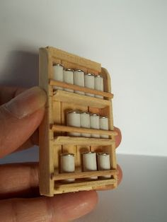 Pinned for spice rack made from toothpicks and ice cream sticks. Adventure Miniature: Scrap - by Rose Fávero Fairy Furniture, Barbie Furniture, Miniature Furniture, Handmade Furniture, Dollhouse Furniture, Popsicle Stick Crafts, Popsicle Sticks, Craft Stick Crafts, Craft Sticks