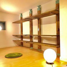 男性で、のDIY/一人暮らし/飾り棚DIY/ラブリコ/棚についてのインテリア実例を紹介。「人生初めてのdiy。メゾネットタイプアパートのロフトに飾り棚を作りました。 満足のいく出来栄え(´・Д・)」 ロフト内は同じ高さなので、棚の移動や増設も簡単です。」(この写真は 2017-01-14 13:45:00 に共有されました)