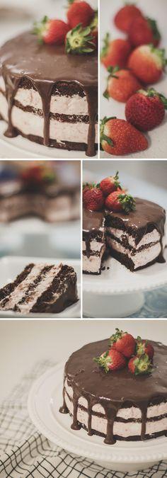 Bolo de Chocolate com Recheio de Mousse de Morango (Chocolate Cake with Strawberry Mousse Filling)